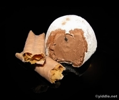 Chocolate Mochi Ice Cream with Lumonde Cookie